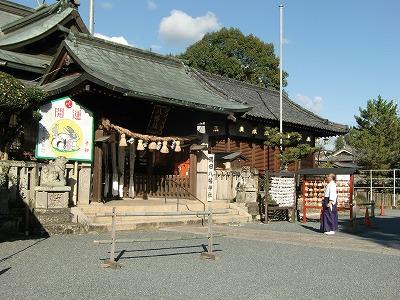 山内さんが奉納した〝辰の大絵馬〟を見る隅田八幡神社の禰宜・寺本さん