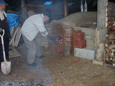 国城山系に新造された炭焼き窯の火入れ