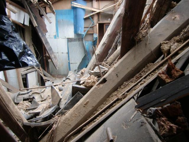 崩落した妙楽寺庫裏の内部