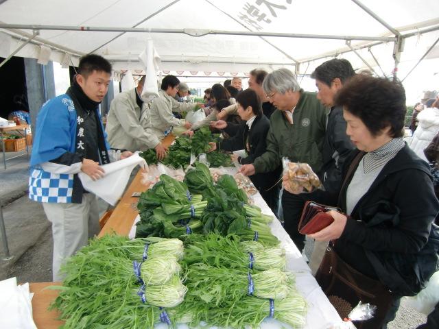 農大祭で野菜などの農作物コーナーは大賑わい