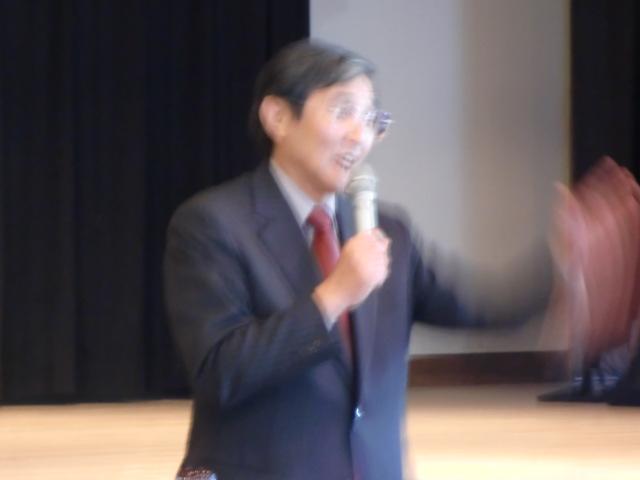 行政報告会で大勢の市民に説明する仁坂知事