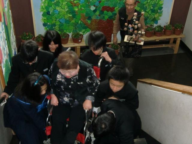 幸せのフクロウとカレンダー募金を贈る松岡さん夫婦