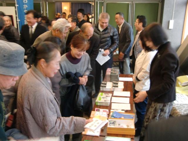岡潔博士の本を求める参加者ら(左側)
