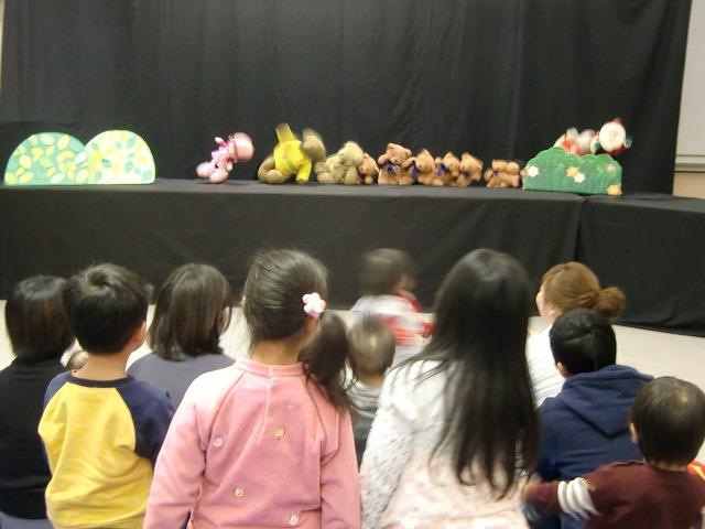 「森のくまさん」の歌に踊りだす子どもたち