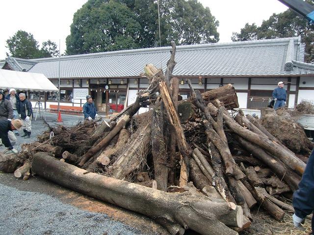 隅田八幡神社の境内に積み上げられた〝どんど焼き〟用の木々