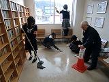 ゆかいな図書館の床掃除をする橋本高校・古佐田丘中学校の生徒たち