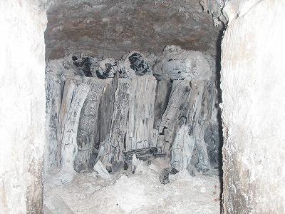 新造の炭焼き窯の中を完成度を点検する中西さん