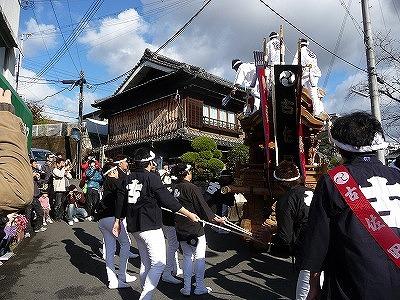 橋本市の〝西の踏切〟付近を行く古佐田の地車