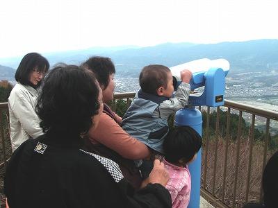 国城山の展望台では大勢の家族連れが眺望を楽しんでいた