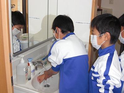 特別養護老人ホーム「天佳苑}で手洗いを励行する城山小学校の児童たち