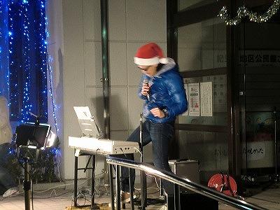 「大きな古時計」を歌う小田さん