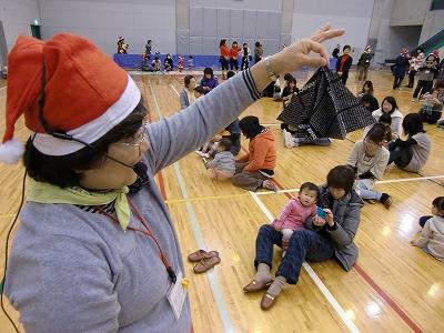 カラフルなドームの中で大喜びの子どもたち