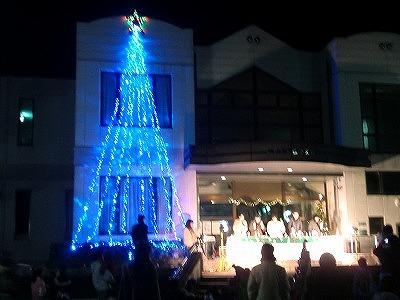 点灯されたブルーのクリスマスツリー(紀見北地区公民館で)