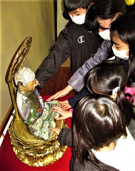 平安後期の仏像レプリカ奉納♪花坂観音堂へ高校生ら