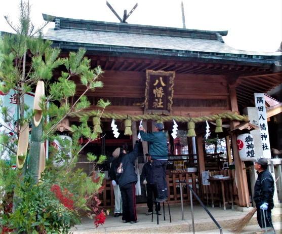 大しめ縄や大門松が新しく♪隅田八幡神社で迎春準備