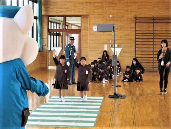 橋本小1年生「安全歩行」学ぶ~車確認、手を上げて
