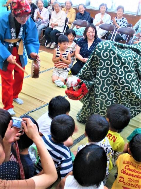 獅子舞や数珠送り♪子供ら大喜び~3世代交流の集い