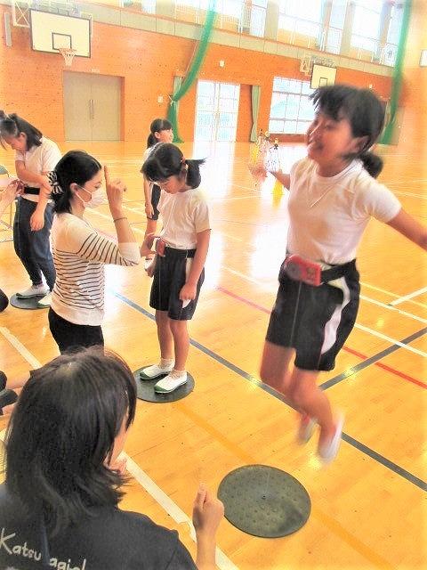 児童らのジャンプ迫力!笠田小・健全育成へ体力測定