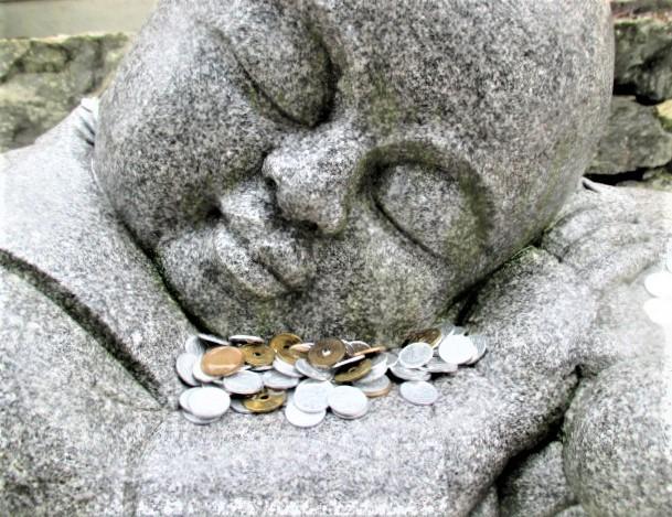 小坊主の石像に賽銭光る♪高野山・釈迦文院前大通り