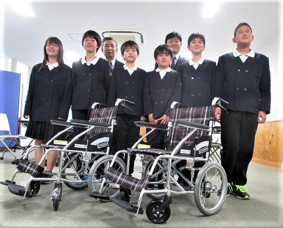 車椅子2台、役立てて♪紀見小児童、橋本社協へ寄贈