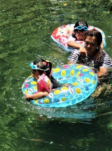 夏休みの子ら玉川遊泳♪両親見守り、歓声上がる