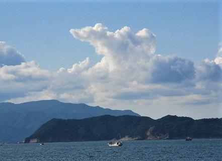 天の造形ラクダ&ダルマ♪和歌山の海と白雲爽やか