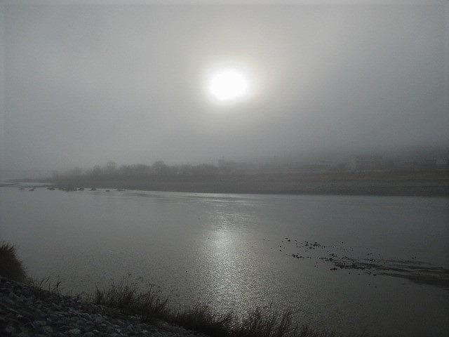 橋本の春霞、夢のよう♪紀の川に日輪、電車かたこと