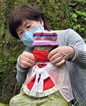お地蔵様にマスク掛け♡高野山・奥の院で迫田さん