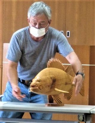 木彫りの魚、泳ぎそう♡魚工房・小南さん「見てね」