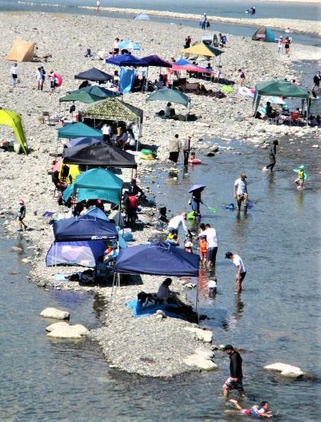 夏休みの子ら、遊泳楽しむ♡九度山・丹生川河口付近